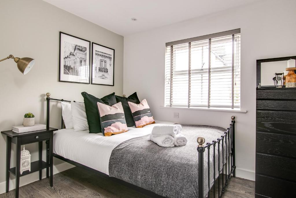 Stylish bedroom at Montague Road Apartments, Edgbaston, Birmingham - Citybase Apartments