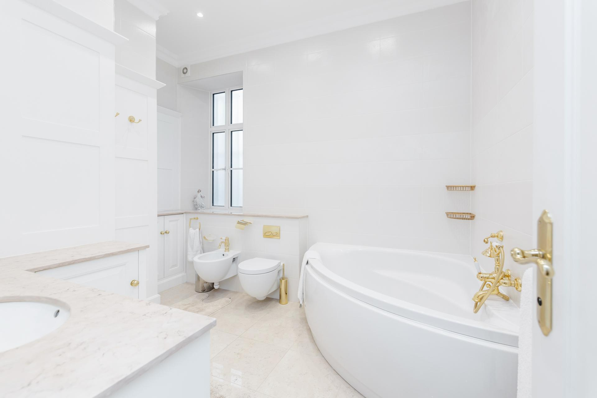Bathtub at Grosvenor Square Apartment, Mayfair, London - Citybase Apartments