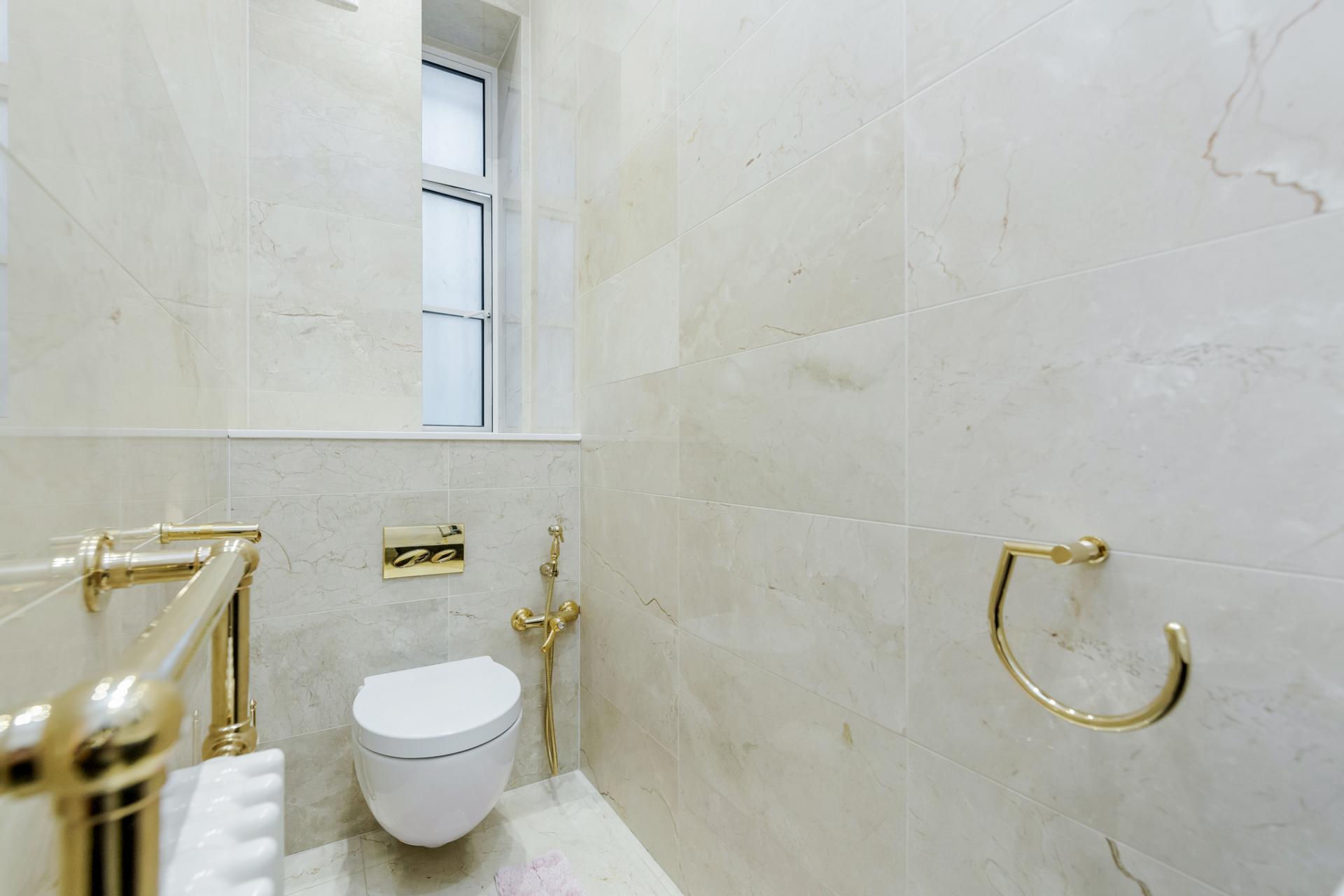 Toilet at Grosvenor Square Apartment, Mayfair, London - Citybase Apartments