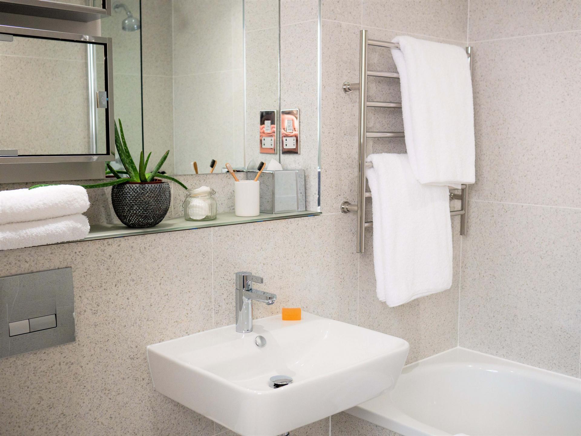 Bathroom at Q Square Aparthotel, Centre, Brighton - Citybase Apartments