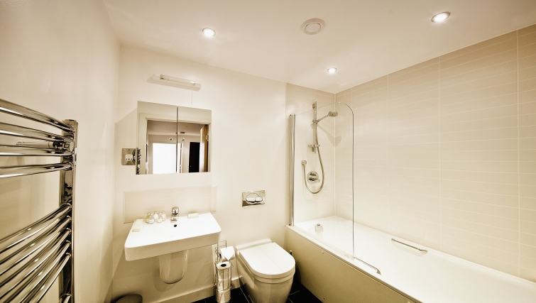 Modern bathroom in Armstrong House - Citybase Apartments