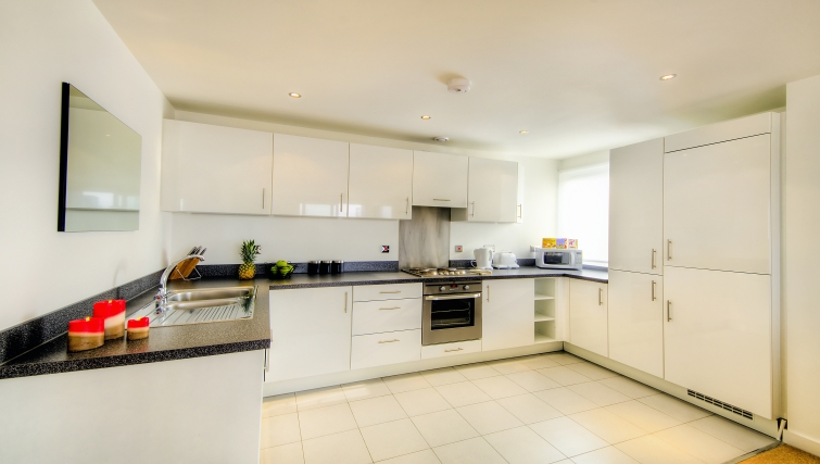 Modern kitchen in Armstrong House - Citybase Apartments