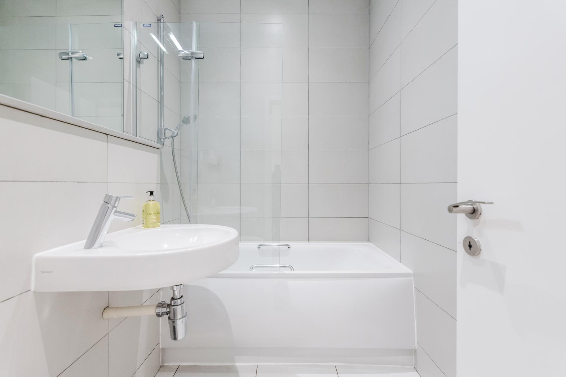 Bathroom at Eden Close Apartment, Kensington, London - Citybase Apartments