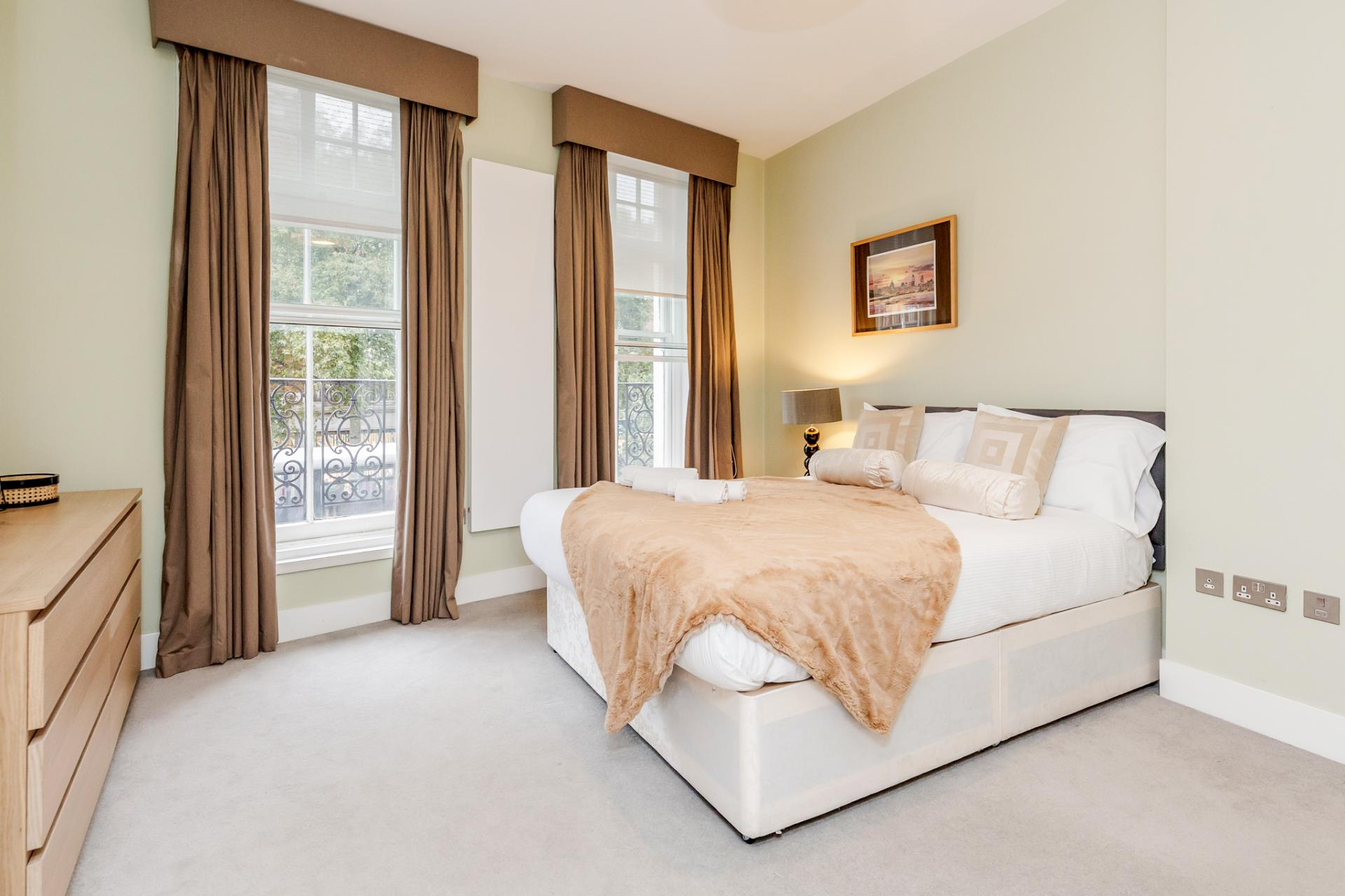 King bed at Eden Close Apartment, Kensington, London - Citybase Apartments