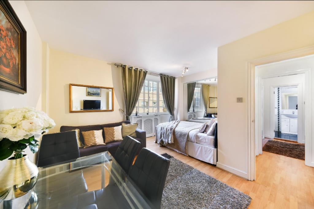 Lounge at Chelsea Charm Apartment, Chelsea, London - Citybase Apartments