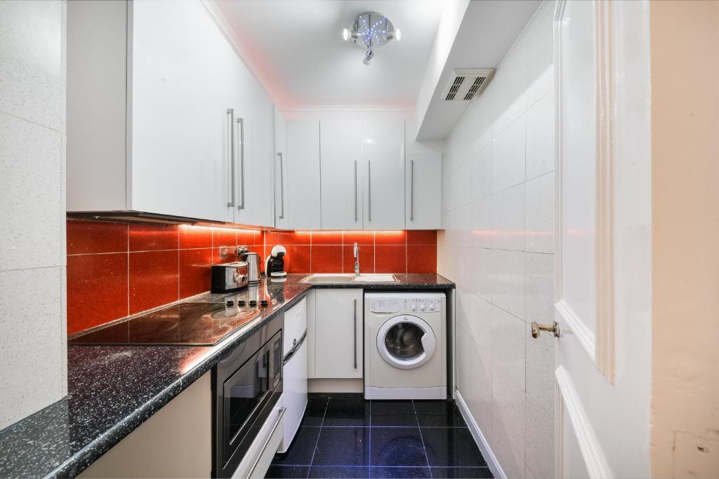 Kitchen at Chelsea Charm Apartment, Chelsea, London - Citybase Apartments