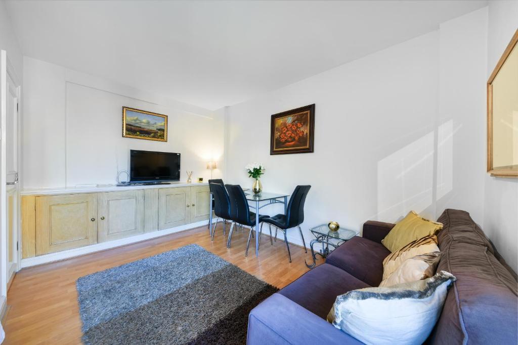 Sofa at Chelsea Charm Apartment, Chelsea, London - Citybase Apartments