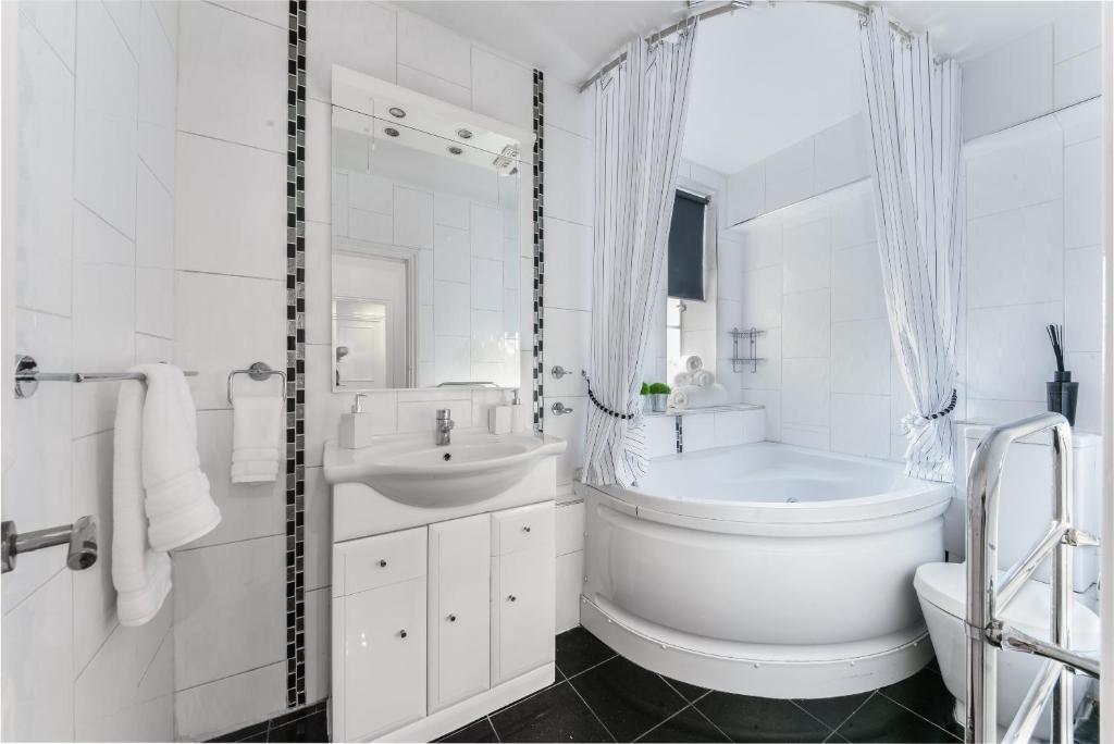 Bathroom at Chelsea Charm Apartment, Chelsea, London - Citybase Apartments