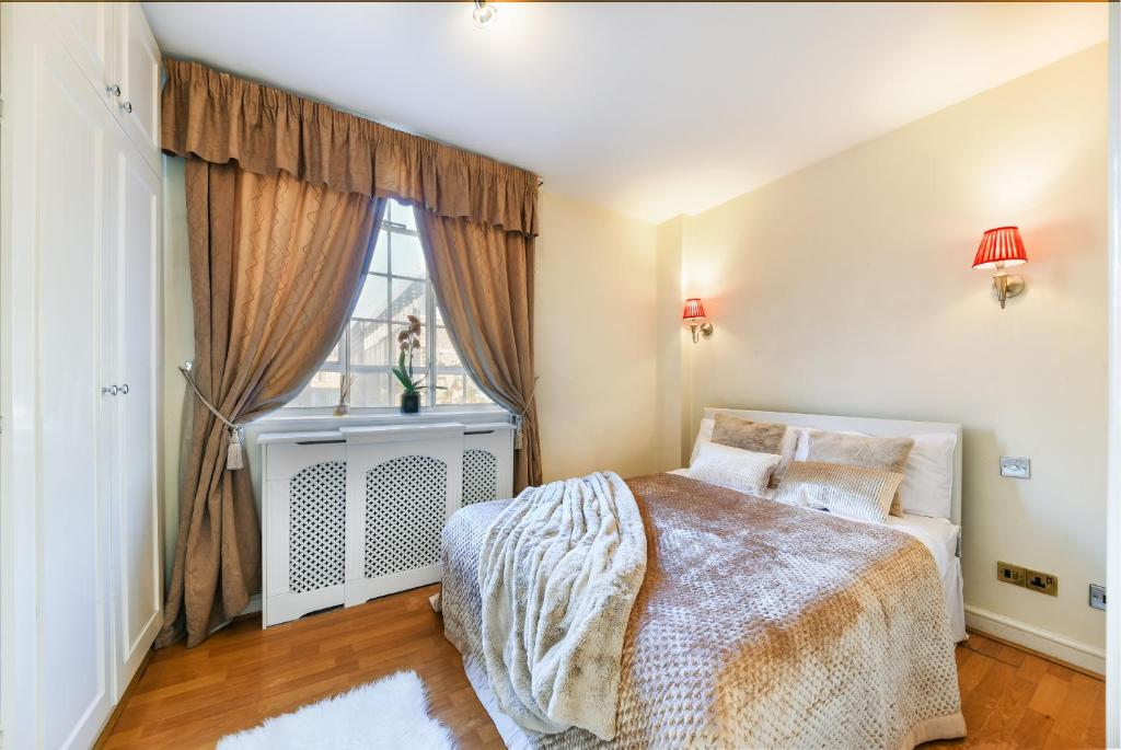 Bedroom at Chelsea Charm Apartment, Chelsea, London - Citybase Apartments