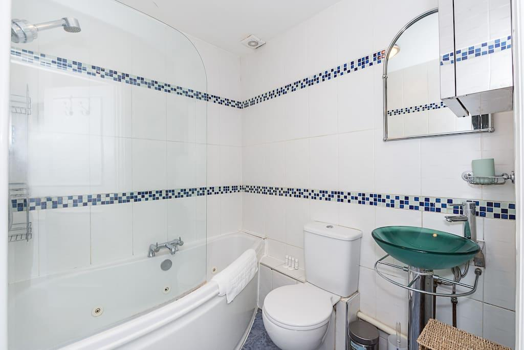 Bathroom at Clanricarde Gardens Apartment, Bayswater, London - Citybase Apartments