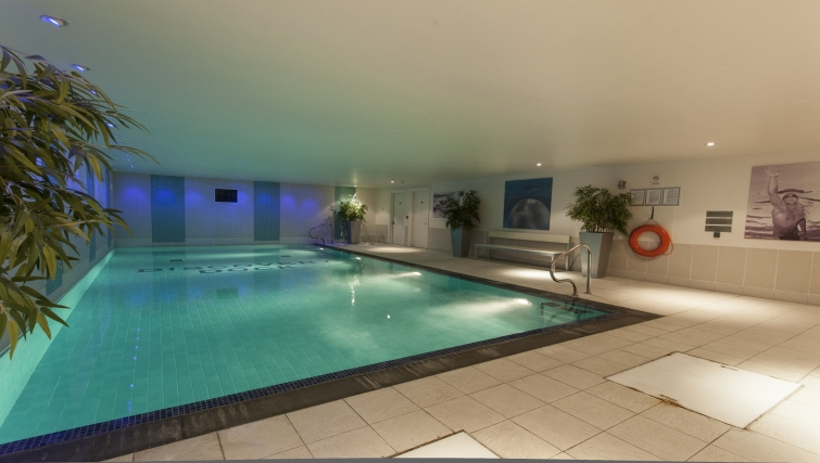 Lovely pool in Discovery Dock Apartments - Citybase Apartments