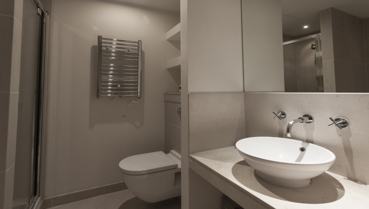 Outstanding bathroom in Discovery Dock Apartments - Citybase Apartments