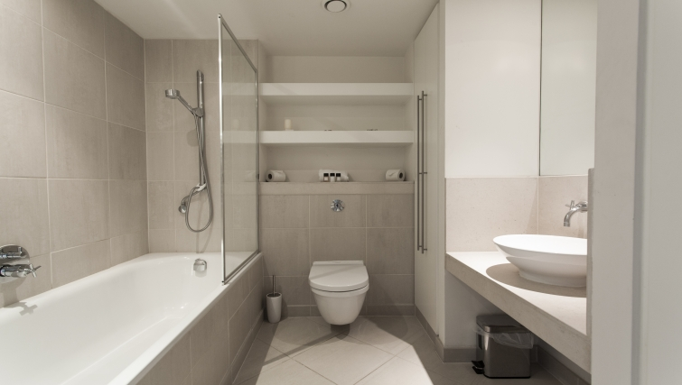 Stylish bathroom in Discovery Dock Apartments - Citybase Apartments