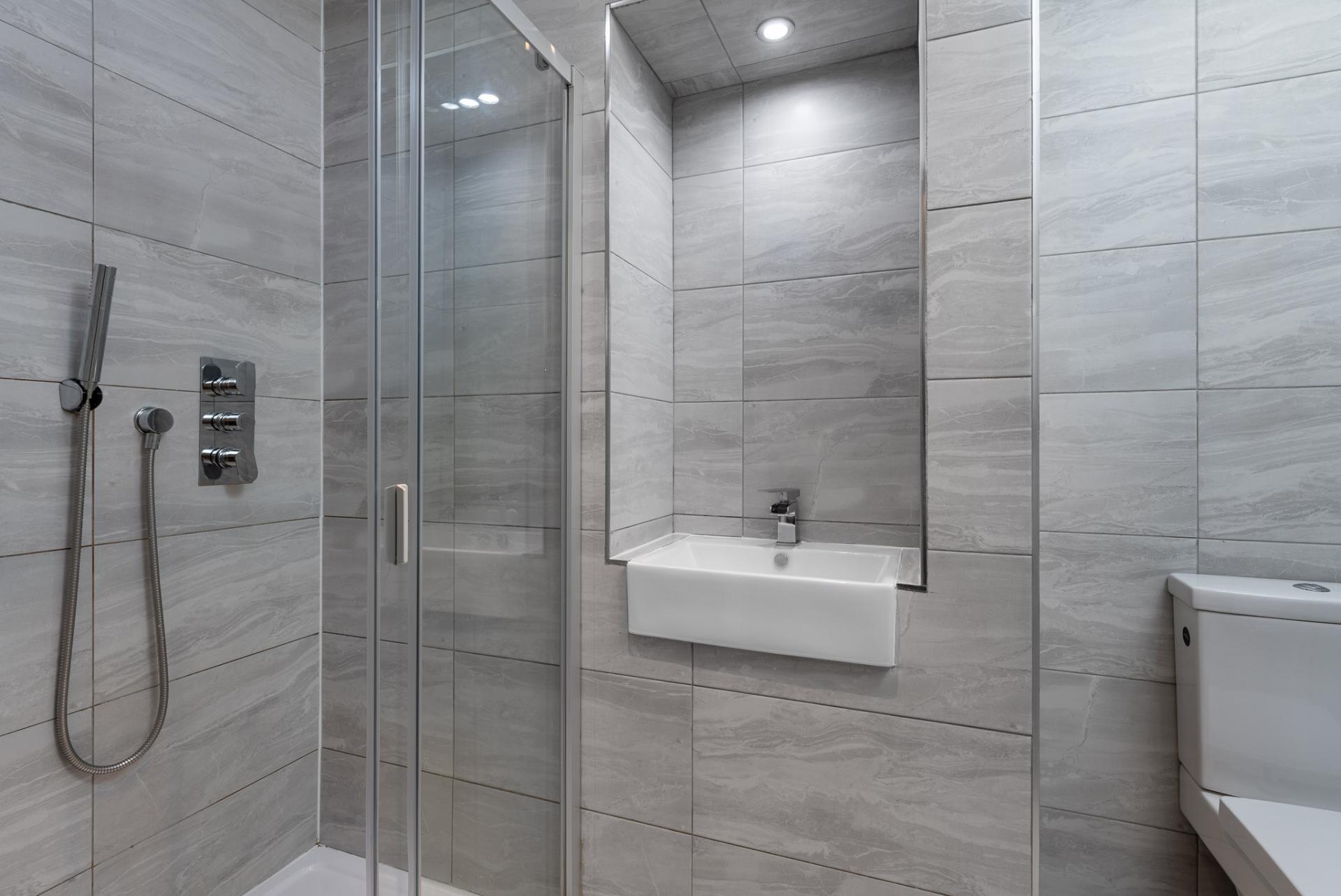 En-suite at Edgbaston Apartments, Rotton Park, Birmingham - Citybase Apartments