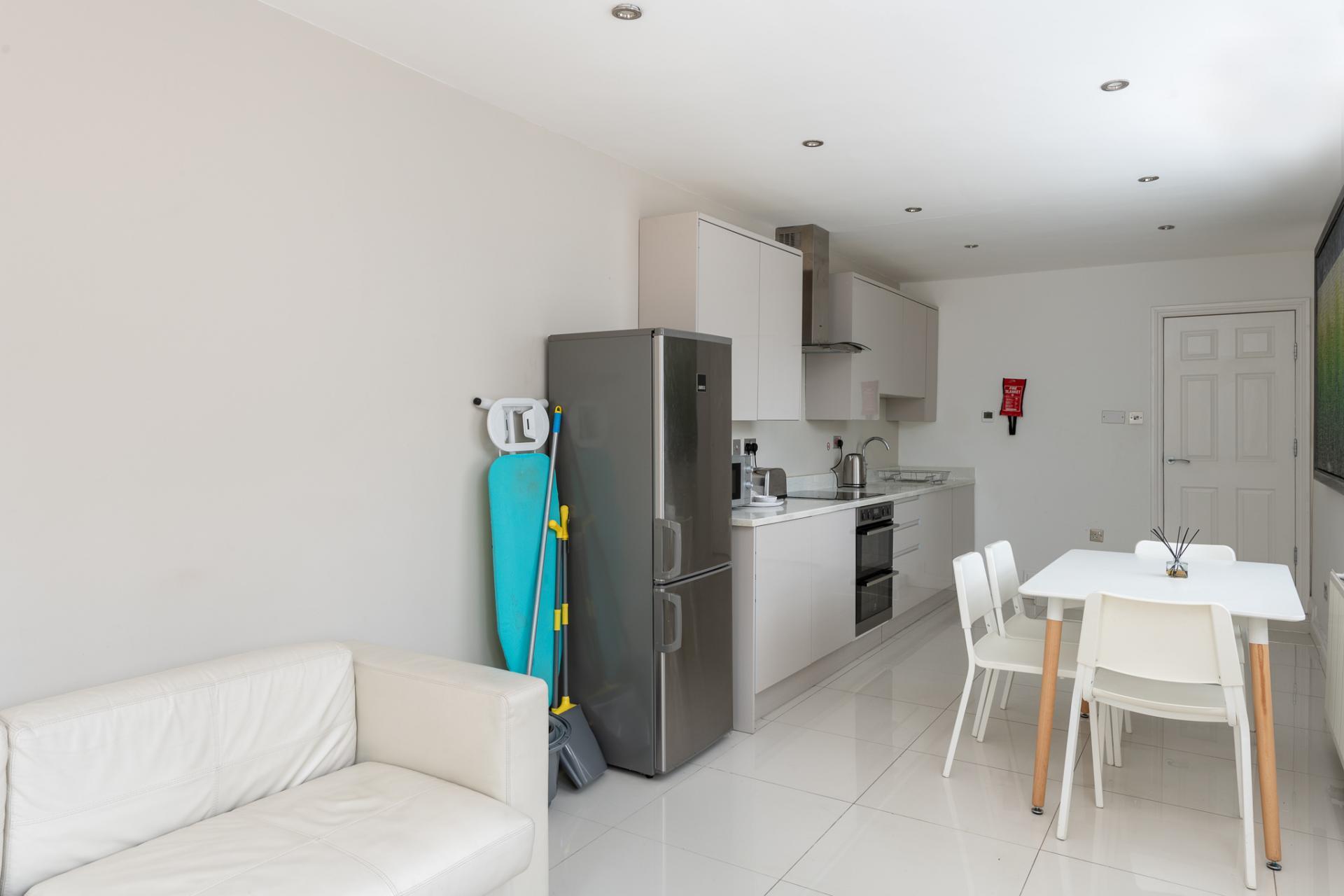 Dining table at Edgbaston Apartments, Rotton Park, Birmingham - Citybase Apartments
