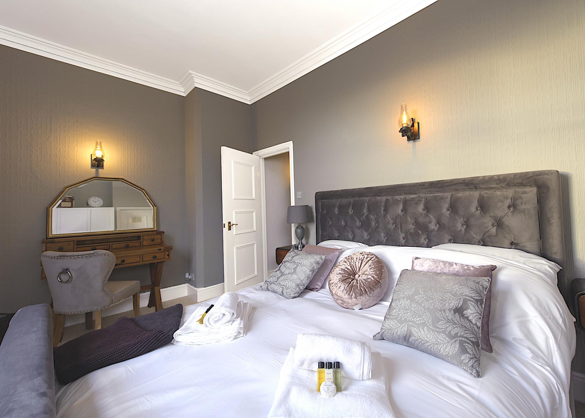 Super king size bed at Nottingham Park View Apartment, Centre, Nottingham - Citybase Apartments