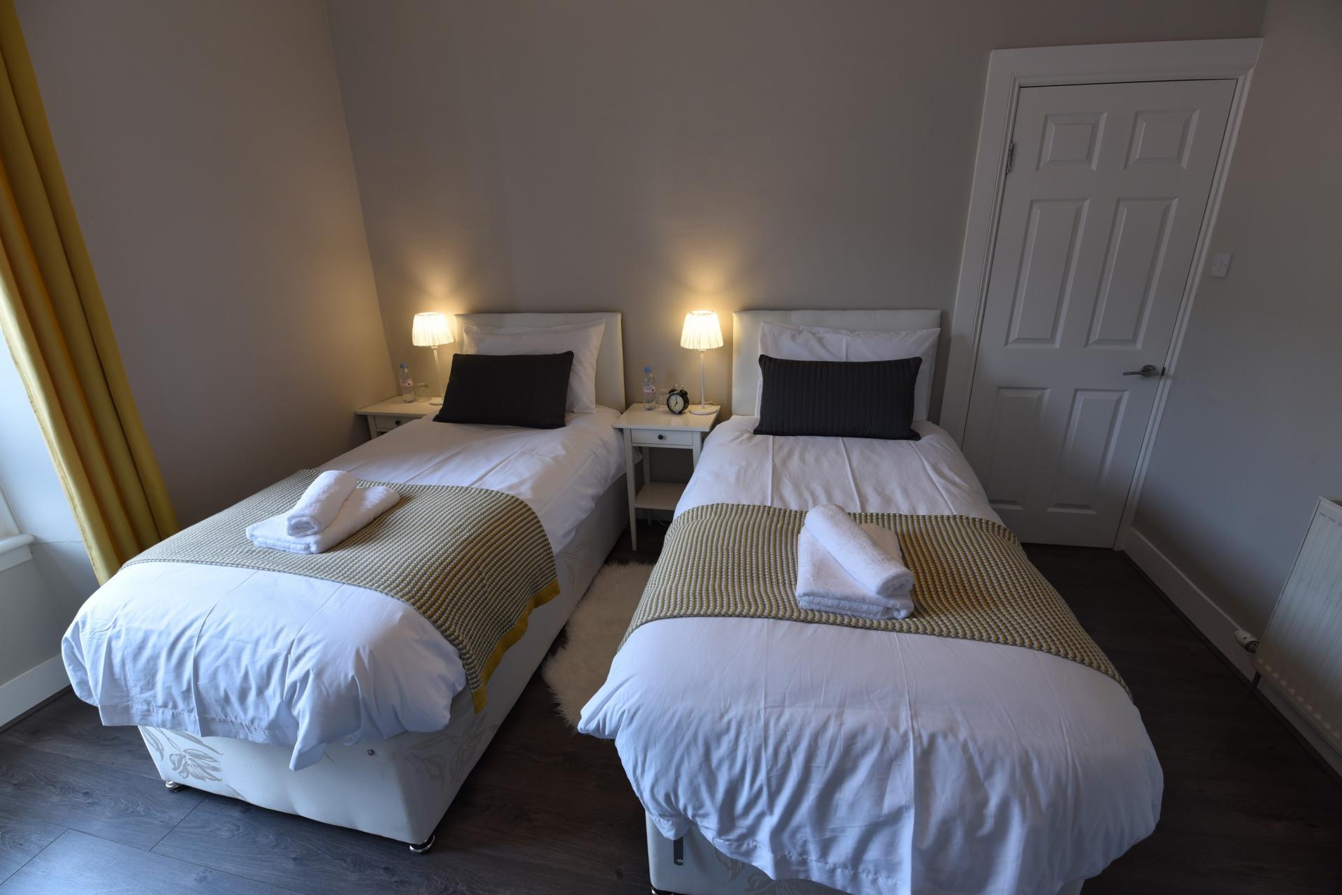 Twin beds at Meadowbank House Apartment, Jock's Lodge, Edinburgh - Citybase Apartments
