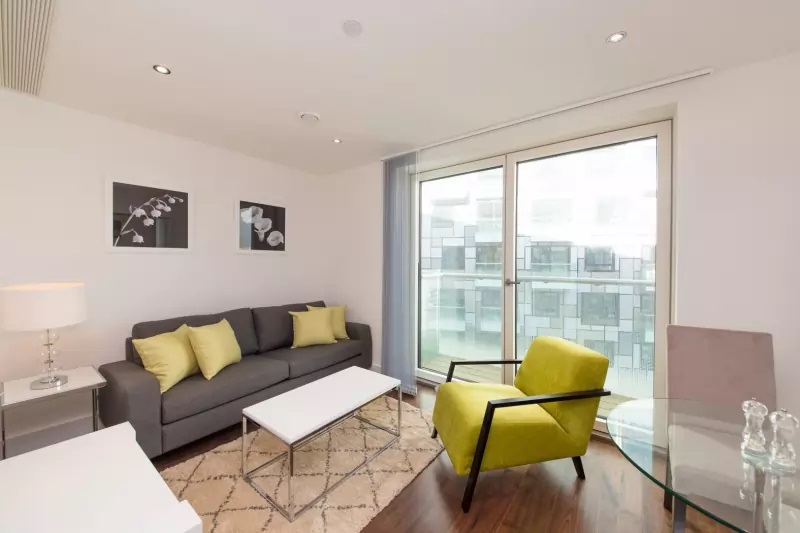 Living area at Lincoln Plaza, Millwall, London - Citybase Apartments