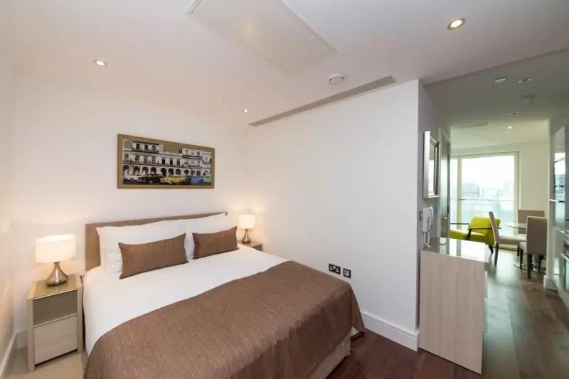 Bedroom at Lincoln Plaza, Millwall, London - Citybase Apartments