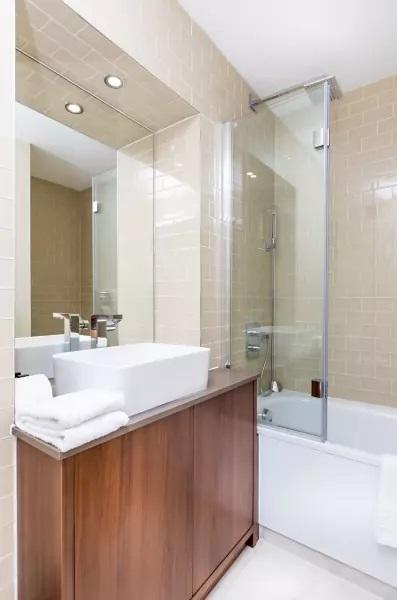 Bathroom at Lincoln Plaza, Millwall, London - Citybase Apartments