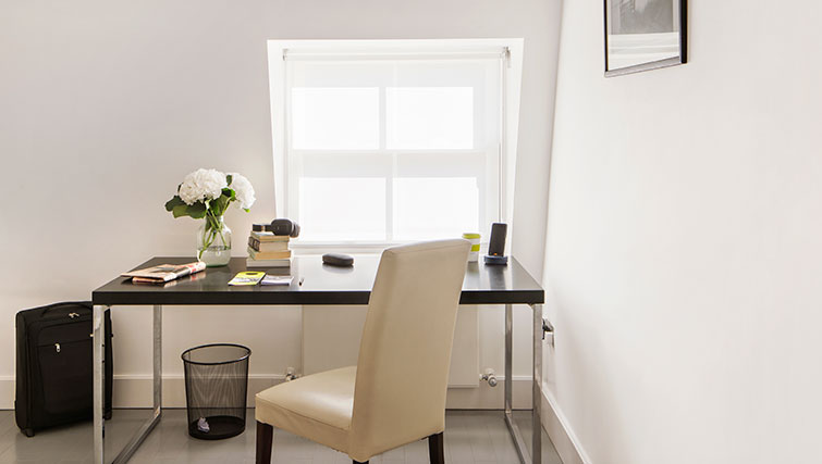 Desk at Nevern Place Aparthotel - Citybase Apartments