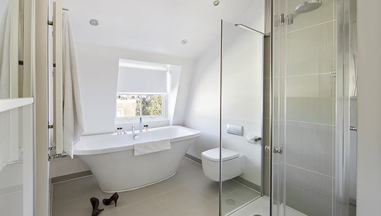 Bath and shower at Nevern Place Aparthotel - Citybase Apartments