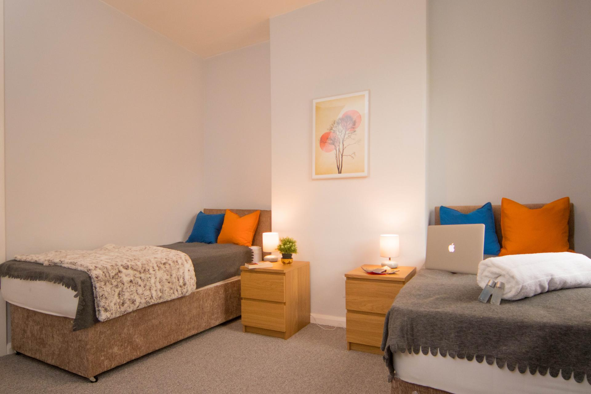 Twin beds at Limpenny House, Radford, Nottingham - Citybase Apartments