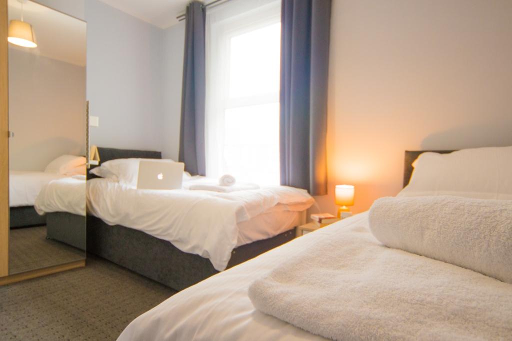 Twin beds at Radford House, Radford, Nottingham - Citybase Apartments