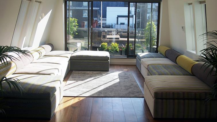 Living room at Mayfair House Apartments - Citybase Apartments