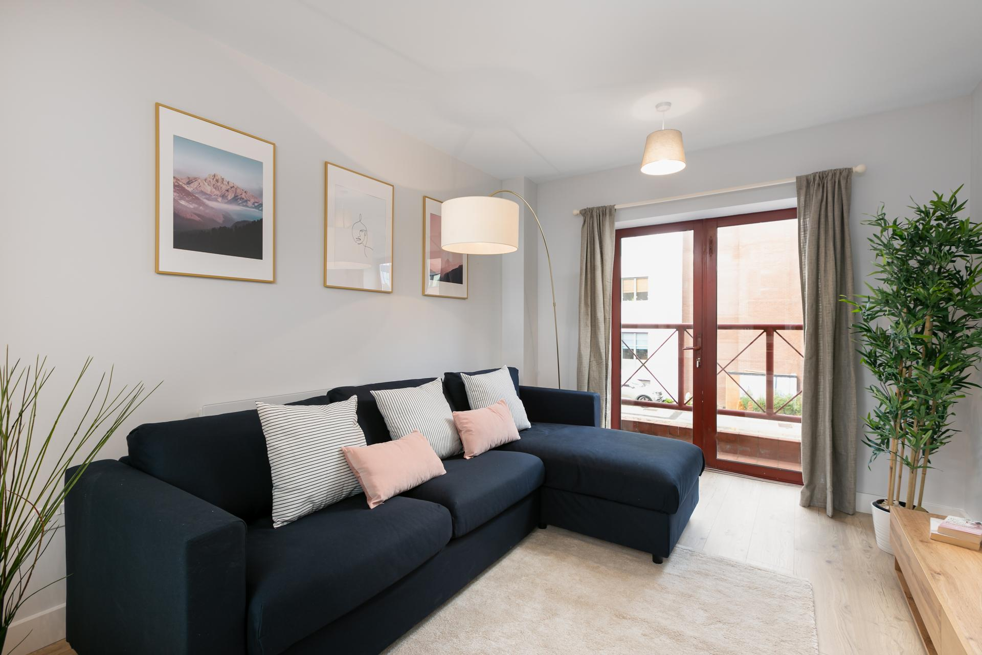 Living Area at Wesley Gate Apartments, Centre, Reading - Citybase Apartments