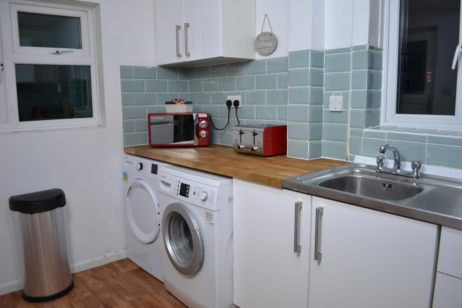 Fully equipped kitchen with Kendal Way Home, Chesterton, Cambridge - Citybase Apartments