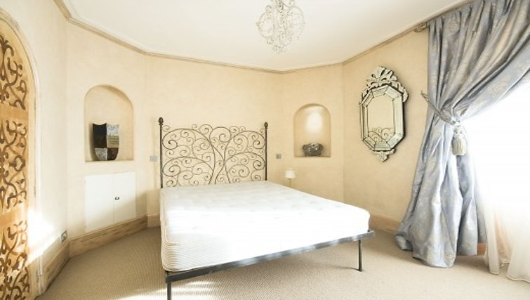 Cosy bedroom in Chesham Court - Citybase Apartments