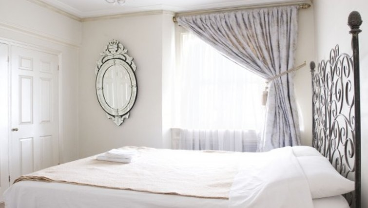 Striking bedroom in Chesham Court - Citybase Apartments