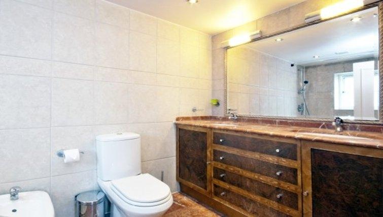 Stylish bathroom in Chesham Court - Citybase Apartments