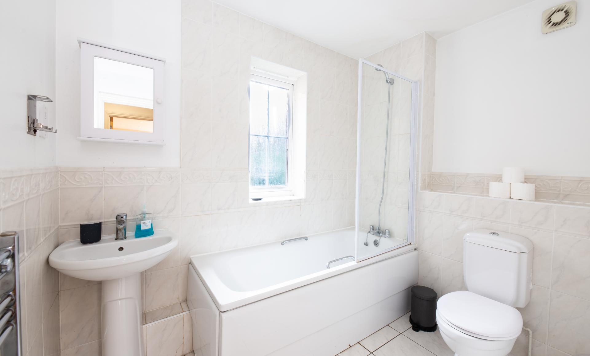 Family Bathroom at Guildown Court Apartment, Centre, Guildford - Citybase Apartments