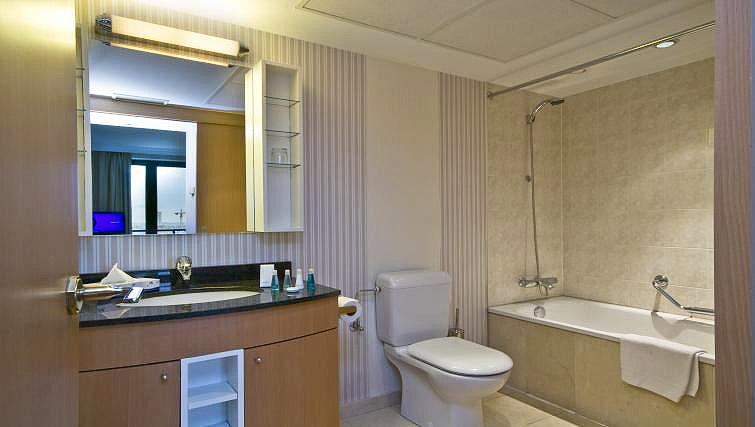 Main bathroom at B-aparthotel Ambiorix - Citybase Apartments