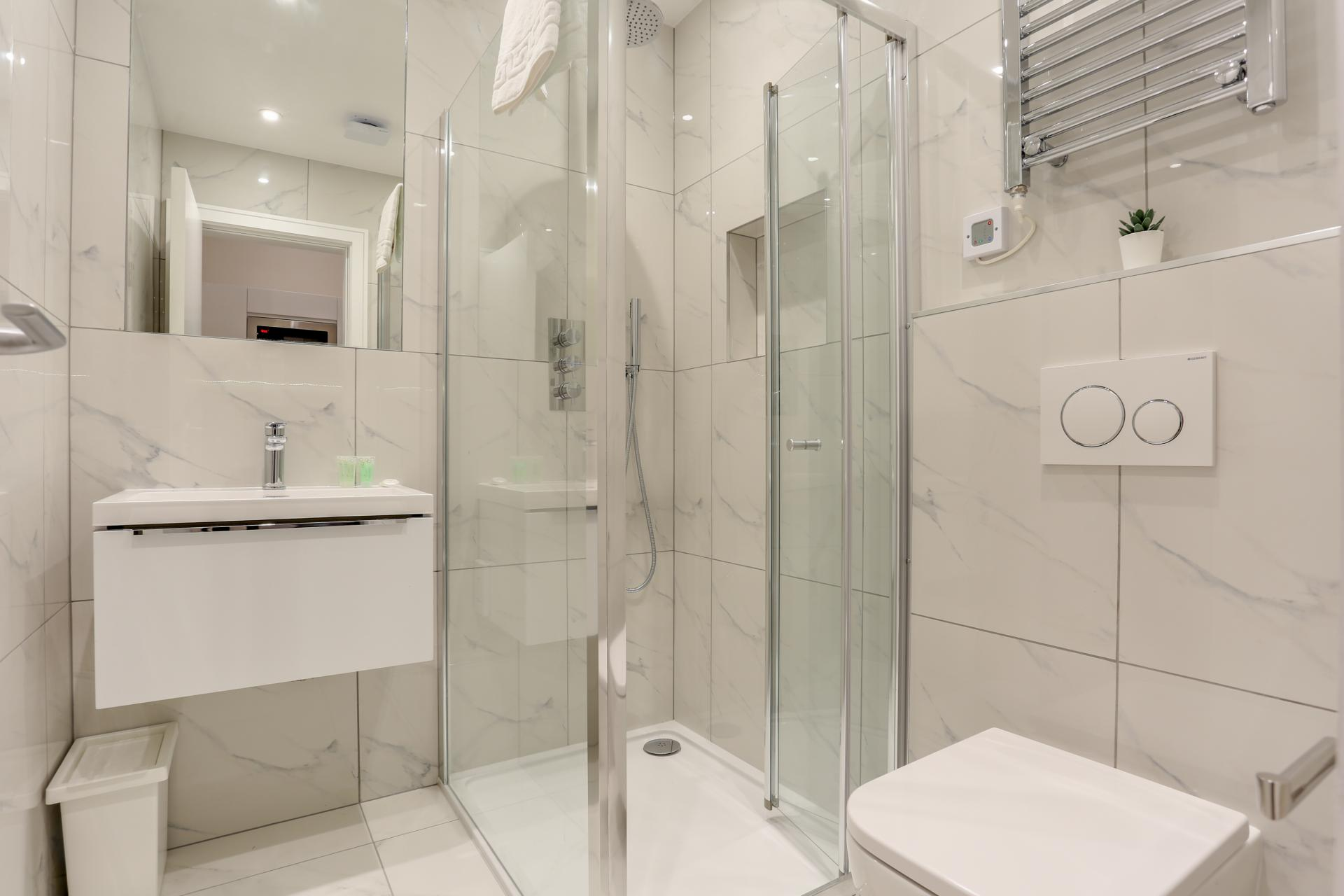 Bathroom at Queensborough Terrace, Bayswater, London - Citybase Apartments