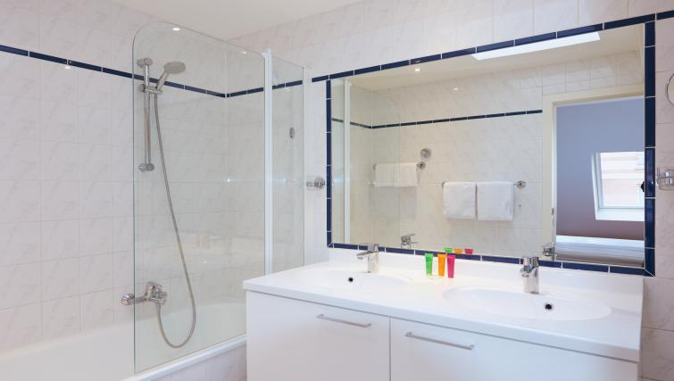 Full bathroom at Thon Residence Parnasse - Citybase Apartments