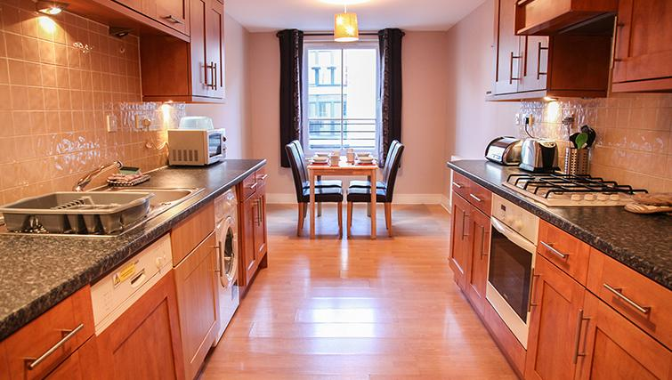 Modern kitchen in Playhouse Apartments - Citybase Apartments
