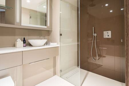 Shower at Paddington Gardens, Paddington, London - Citybase Apartments