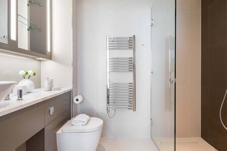 Bathroom at Paddington Gardens, Paddington, London - Citybase Apartments