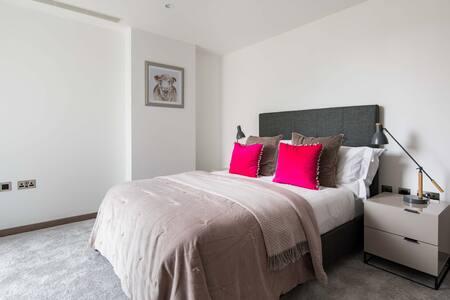 Grand bed at Paddington Gardens, Paddington, London - Citybase Apartments