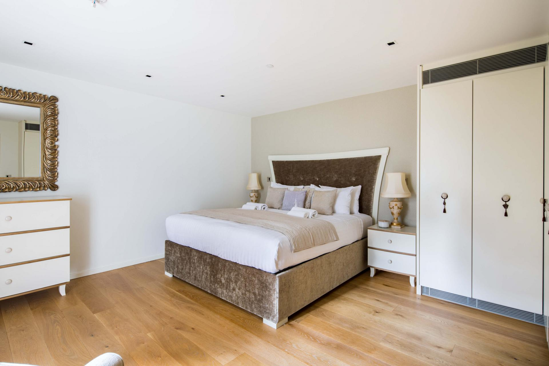 Grand bed at Meritas Court Apartments, Bayswater, London - Citybase Apartments