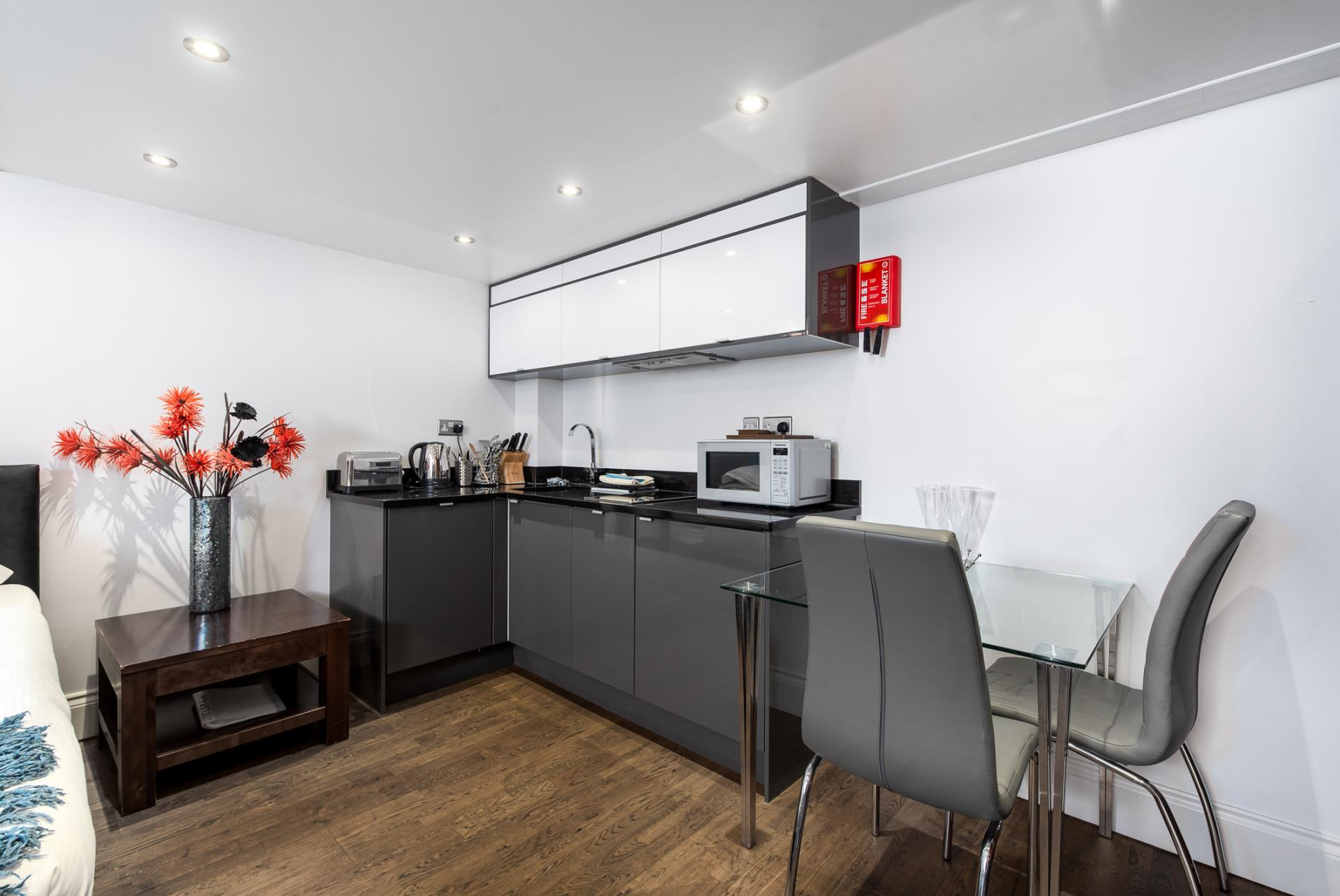 Kitchen diner at Chelsea Green Apartments, Chelsea, London - Citybase Apartments