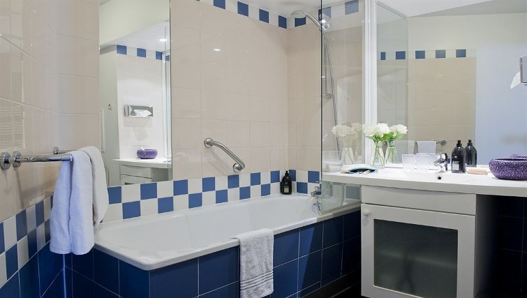 Vibrant bathroom in Adagio Porte de Versailles - Citybase Apartments