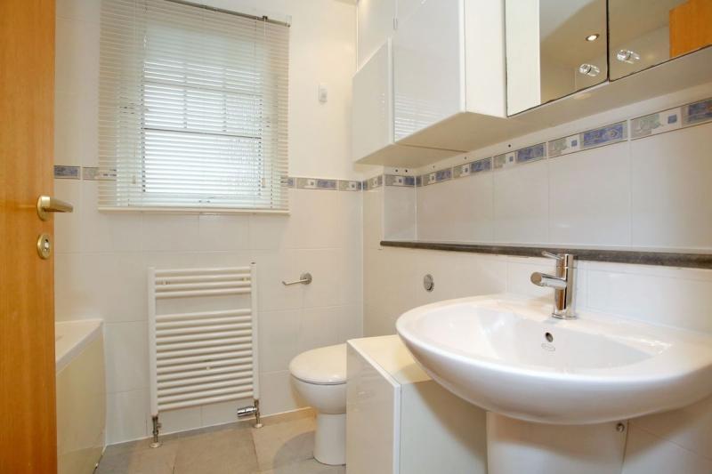Bathroom at Allenvale Gardens House, Ruthrieston, Aberdeen - Citybase Apartments