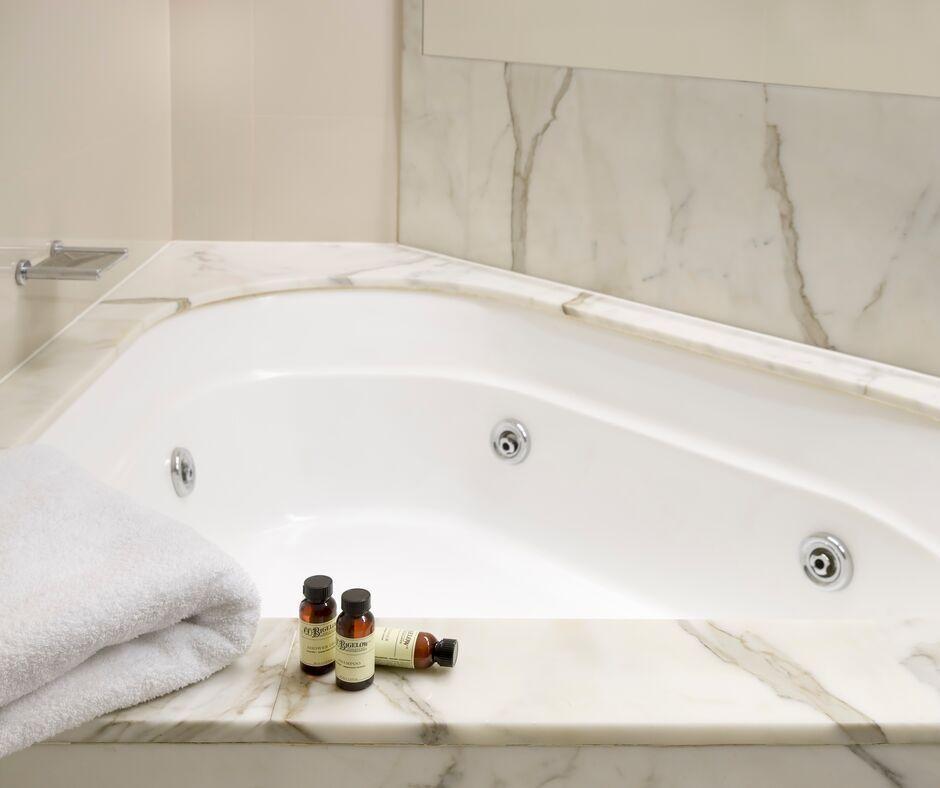 Bath at Pullman Quay Grand Apartments - Citybase Apartments