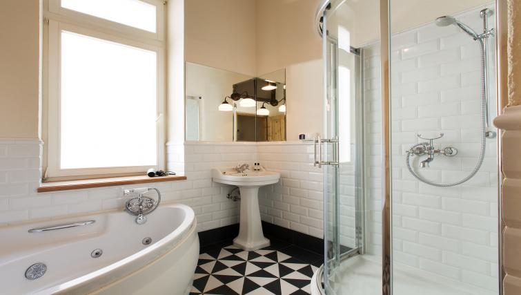 Family bathroom at Antique Apartments - Citybase Apartments