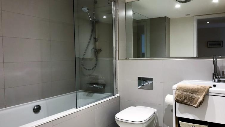 Modern bathroom at Tolbooth Apartments - Citybase Apartments