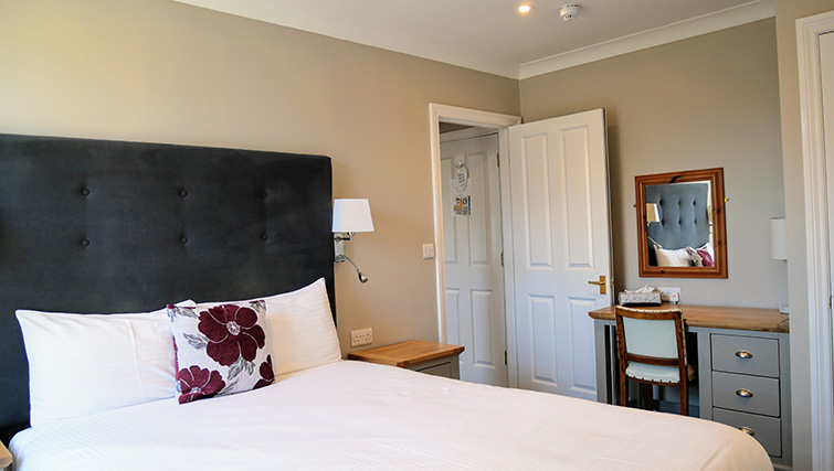 Double bed at Peartree Serviced Apartments - Citybase Apartments
